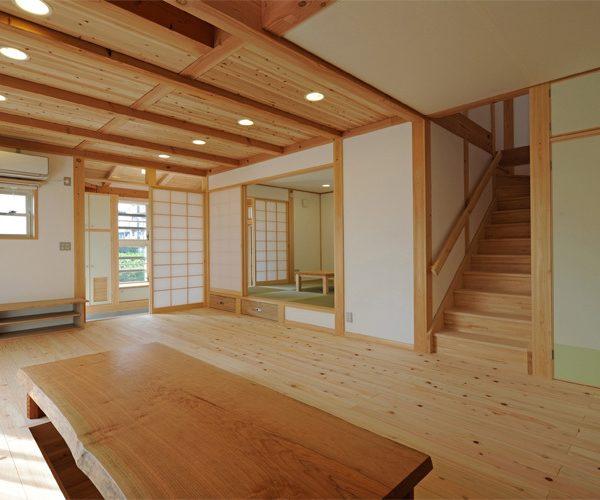 無垢天板掘り炬燵とボルタリングができる家